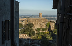 MONTALCINO, TUSCANY/ITALY: 31 OTTOBRE 2016: Belle vie strette della città di Montalcino con la vista della fortezza Fotografia Stock