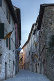 MONTALCINO, TUSCANY/ITALY: 31 OTTOBRE 2016: Via stretta nel centro storico della città di Montalcino, ` Orcia, Toscana, Italia di fotografia stock