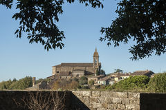 MONTALCINO, TUSCANY/ITALY: 31 OTTOBRE 2016: Vista della fortificazione del villaggio di Montalcino, ` Orcia di Val d Fotografie Stock