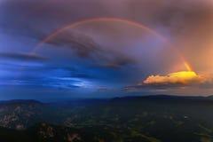 Montan@as de Austria con el arco iris Fotografía de archivo libre de regalías