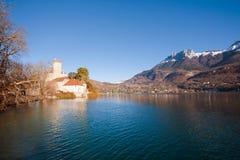 Montan@as del castillo del lago Imágenes de archivo libres de regalías