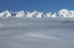 Montan@as suizas con la capa de nubes Imagen de archivo libre de regalías