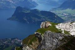 Montan@as suizas con un lago azul Imagen de archivo