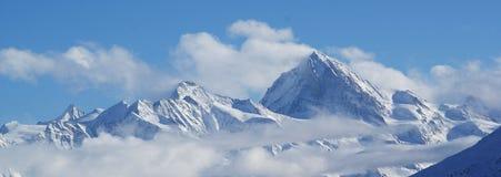 Montan@as suizas cubiertas en nubes Foto de archivo libre de regalías