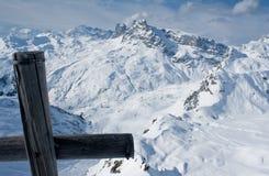 Montan@as suizas en invierno con la cruz en pico Imagen de archivo