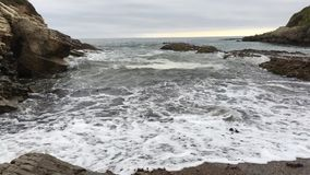 Montana de Oro State Park Waves que se rompe sobre la playa metrajes