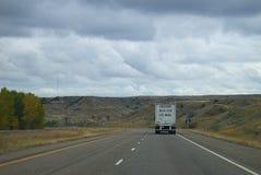 Montana Interstate Highway y camión de correo fotos de archivo