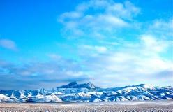 Montana no inverno com neve em montanhas foto de stock royalty free