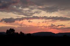 Montana zmierzchu niebo z silouette góry i drzewa obraz stock
