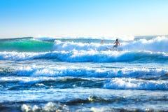 Montando as ondas Bali, Indonésia imagens de stock