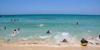 Montando as ondas na praia de Cottesloe Imagem de Stock