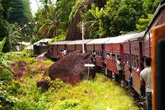 Montando cerca el tren la vía escénica de la montaña Foto de archivo libre de regalías