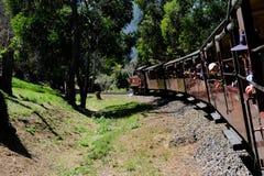 Montando en el tren del vapor de Billy que sopla en Melbourne, Australia imagen de archivo libre de regalías