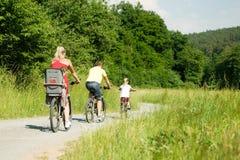 Montando las bicicletas juntas Imágenes de archivo libres de regalías