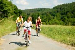 Montando las bicicletas juntas Fotos de archivo libres de regalías