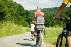 Montando las bicicletas juntas Fotografía de archivo libre de regalías