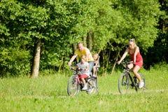 Montando las bicicletas juntas Foto de archivo libre de regalías