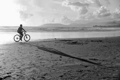 Montando minha bicicleta na praia foto de stock royalty free