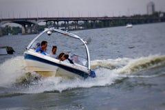 Montando um barco no rio, no tempo passável fotos de stock
