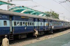 Montando um trem movente, India imagens de stock