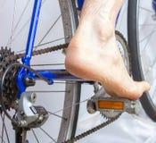 Montando uma bicicleta com pé desencapado. imagem de stock