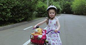 Montando uma bicicleta vídeos de arquivo