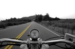 Montando uma estrada reta Fotografia de Stock Royalty Free