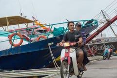 Montando uma motocicleta no molhe fotografia de stock royalty free