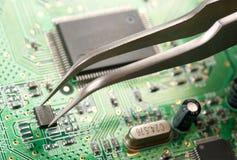 Montando uma placa de circuito Fotografia de Stock