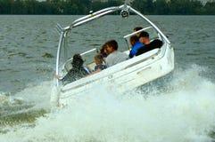 Montando un barco en el río, en el tiempo pasable imagenes de archivo