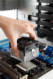 Montando ventilatore sul CPU immagine stock