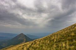 Montanhês com o trajeto trekking ao pico de Trem na montanha de Suva Planina Imagens de Stock
