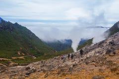 A montanha é coberta com a névoa Imagens de Stock Royalty Free