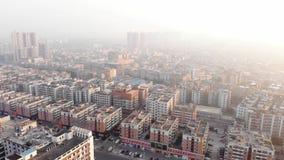 Montanha aérea de Photography Zangão de voo sobre o distrito chinês típico No quadro há muitas casas similares Tempo do alvorecer vídeos de arquivo