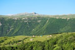 A montanha ajardina no terreno de Pluzine, Montenegro Fotografia de Stock Royalty Free