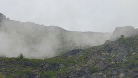 Montanha alta cercada pelo myst fotografia de stock