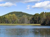Montanha & lago Imagens de Stock