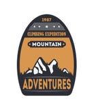 A montanha aventura-se o crachá isolado vintage Fotos de Stock Royalty Free