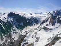 Montanha azul do vulcão com o coberto de neve contra o fundo Nova Zelândia do céu azul Fotos de Stock