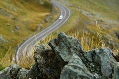A montanha balança o primeiro plano com o carro no backgound e na profundidade de campo rasa Foto de Stock