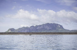 Montanha bonita com o céu azul na represa do chiewlarn Imagens de Stock