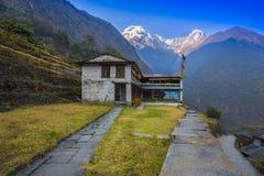 Montanha bonita de Annapurna da casa e do fundo imagem de stock