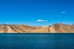 Montanha bonita do lago Pangong, Leh Ladakh, Índia imagens de stock