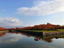 Montanha, céu azul, nuvem e a água Fotos de Stock Royalty Free