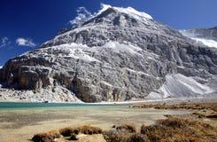 Montanha, céu e lago Foto de Stock