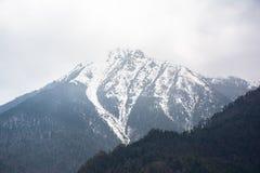 Montanha c?nico da neve na montanha da neve de Jade Dragon, Lijiang, China imagem de stock royalty free