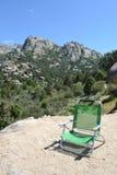 Montanha, cadeira verde no primeiro plano foto de stock royalty free