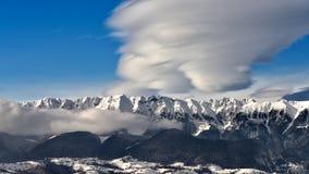 Montanha Carpathian romena no tempo de inverno com nuvens e o céu claro fotos de stock