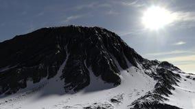 Montanha coberta no panorama da paisagem da neve foto de stock