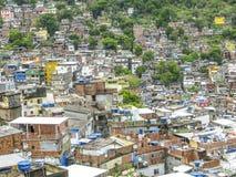 Montanha coberta por casas pobres - Favela - Rio de janeiro imagem de stock